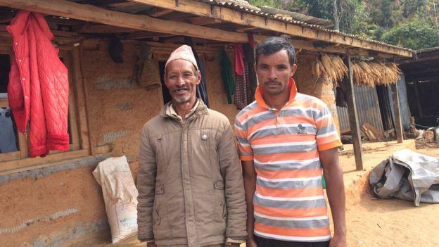 हालै बनाइसकेको घरमा आफ्ना वुवासँग कुमार रोका