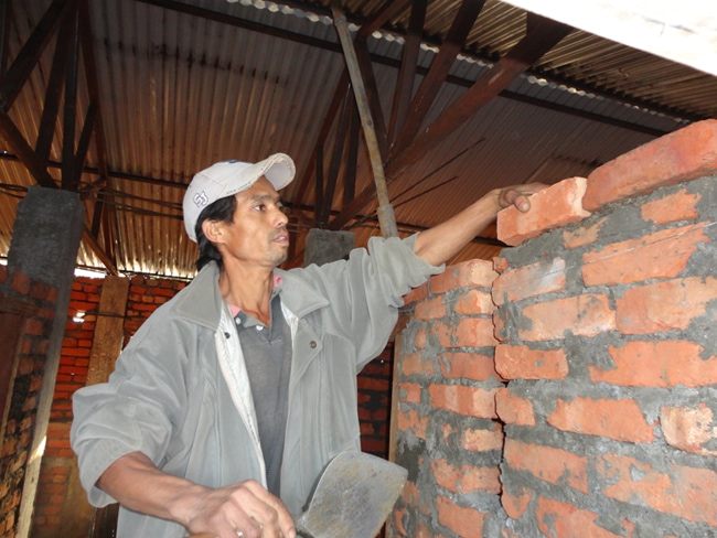 Subba Ale Magar of Gwaltar Sindhuli is untrained and is laying walls in a house, this shows building safe homes is not going to happen as expected